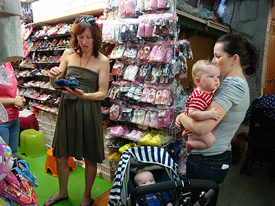 Hong Kong/ Stanley – In Search of Adorable and Stylish Baby Clothes in the Old Market